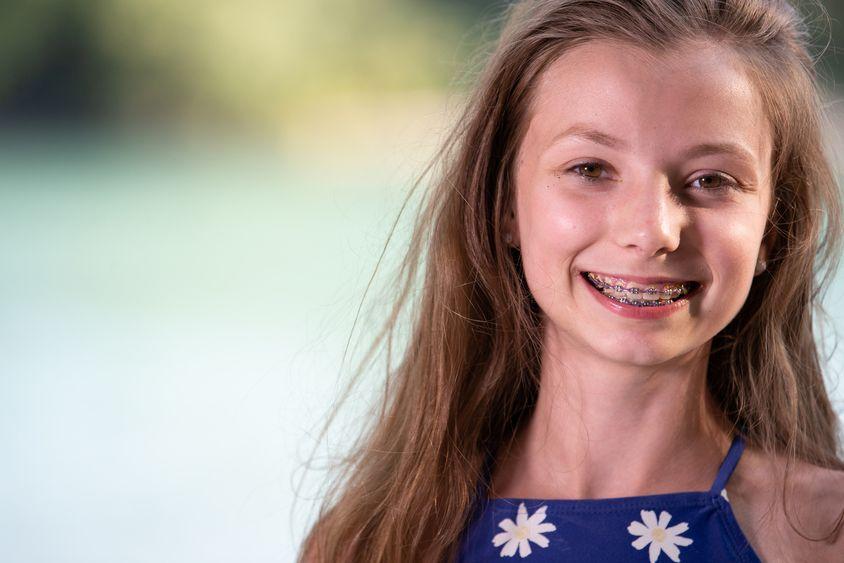 Lächelndes Mädchen mit Zahnklammer (Entzündungen im Mund)