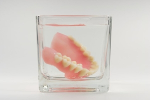 Reizungen durch Zahnprothesen: Gebiss im Wasserglas